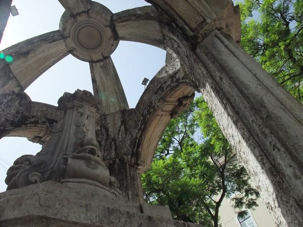 Фонтан на площади, где собирались капитаны, чтобы свергать последнего португальского диктатора. 78-й год, если не путаю.