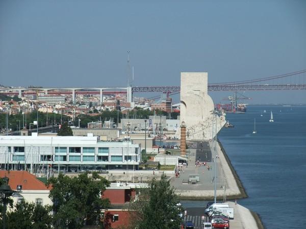 Лиссабон: вид на памятник в Белеме и мост 25-го апреля
