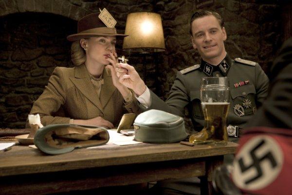 Диана Крюгер - Бриджет фон Хаммерсмарк, кинодива, и Майкл Фассбиндер - Арчи Хикокс, лейтенант, шпион.