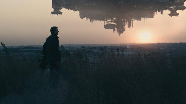 Викус Ван Де Мерве (Шарлто Копли) на фоне летучей инопланетной громадины.