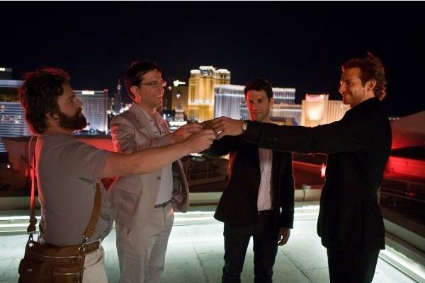четыре молодца на крыше отеля - чем не открытка