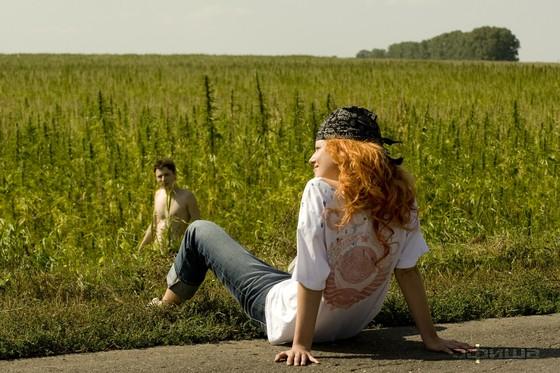 Кислород - пока Грушка прохлаждается на дороге, Филимонов вынужден голышом бегать по конопляному полю. Тяжела доля русского актёра.