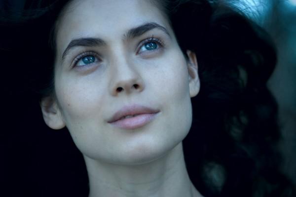 она действительно невероятно красива, поэтому кадров из некрасивого фильма сегодня не будет.