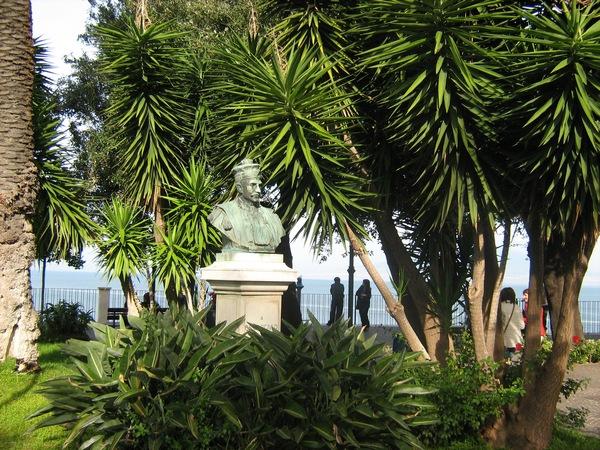 Неизвестный бюст среди типичной соррентийской растительности