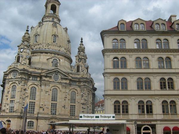 Frauenkirche. Рядом площадь с памятником Лютеру, где проводилось политическое мероприятие.