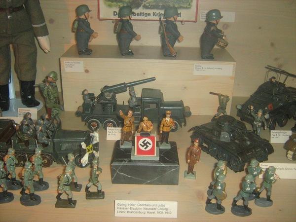 Игрушки Третьего Рейха: Гитлер на трибуне, солдаты, техника.
