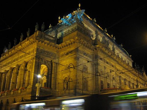 Narodni Divadlo (Национальный Театр) и трамвай