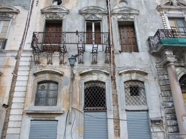 Вот такими строениями, которые любят некоторые читатели, и запомнился крупнейший город Сицилии