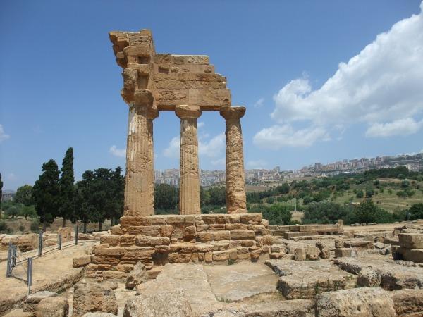 Колонны храмов, аляповато восстановленные в конце XIX века, на фоне современного Агридженто. Кликабельно