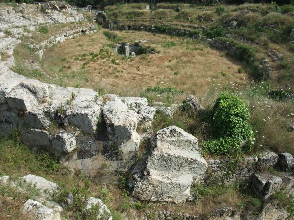 Римский амфитеатр недалеко от греческого театра. Пустынная разруха