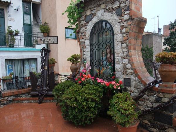 Piazzetta в мокрой Таормине.
