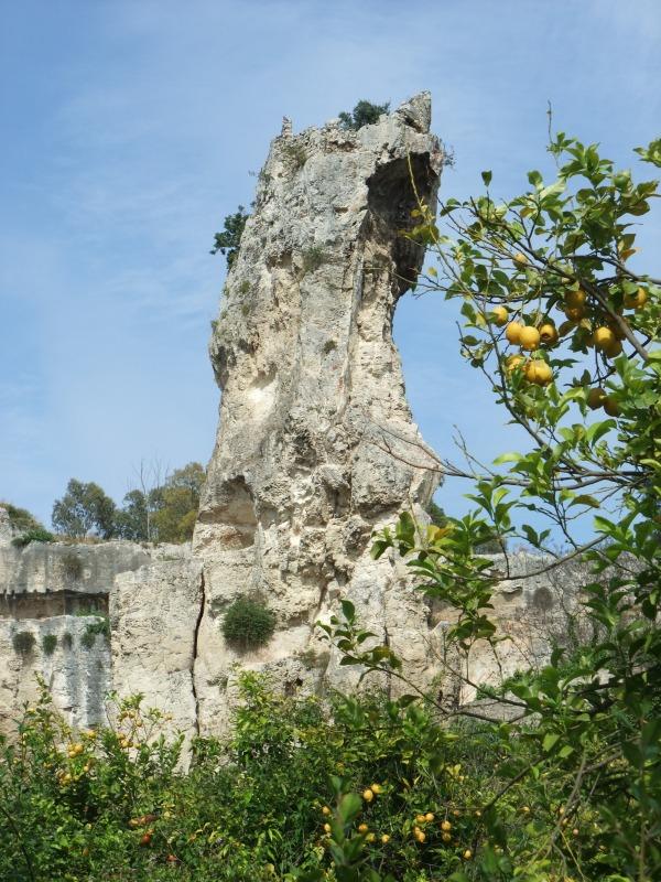 Сицилия, Сиракузы, археологическая зона. Скала и лимоны.