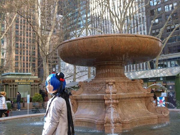 Нью-Йорк. Японская девушка с фонтаном